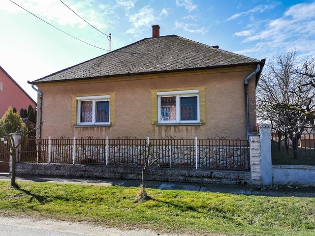 Mezőörsi családi ház külső kép